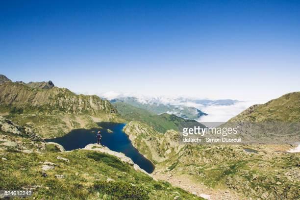 lac de la montagnette au dessus des nuages - バニエールドルション ストックフォトと画像