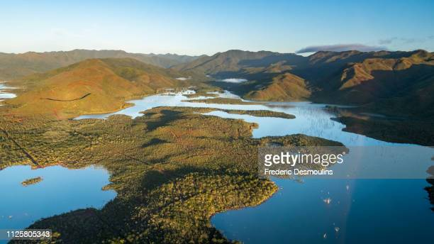 lac de yaté vu du ciel - new caledonia fotografías e imágenes de stock