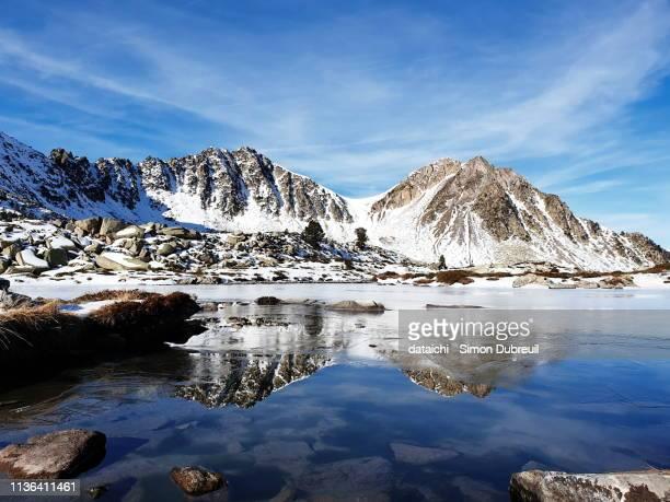 lac det mail frozen lake - pyreneeën stockfoto's en -beelden