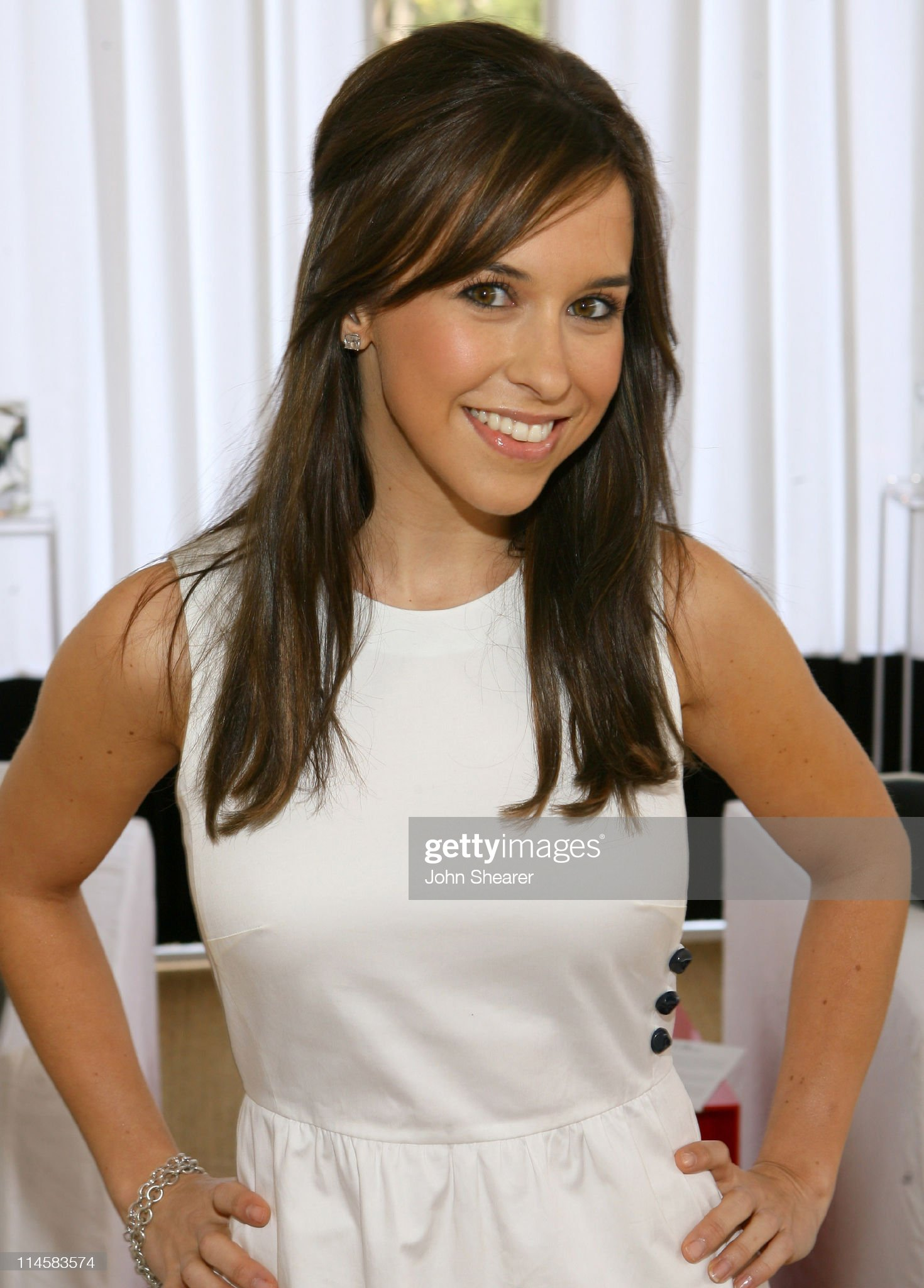 DEBATE sobre guapura de famosos y famosas - Página 3 Lacey-chabert-during-coach-fragrance-launch-to-benefit-ebmrf-in-los-picture-id114583574?s=2048x2048