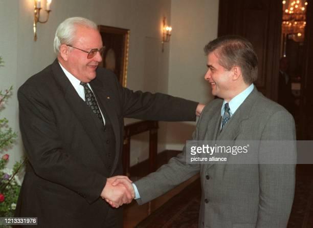 Lachend begrüßt Bundespräsident Roman Herzog den polnischen Ministerpräsidenten Wlodzimierz Cimoszewicz am 2441996 im Foyer der Villa Hammerschmidt...