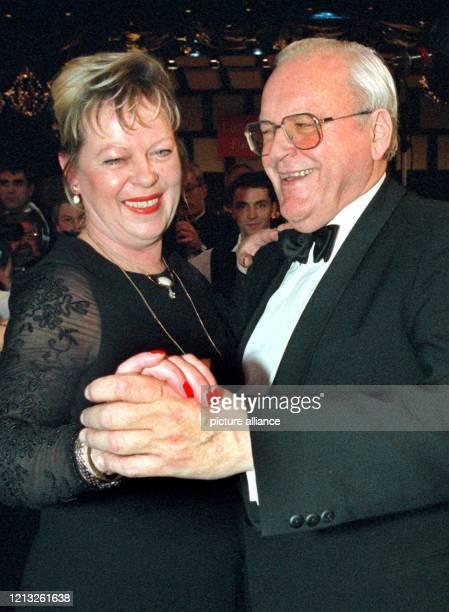 Lachend eröffnet Bundespräsident Roman Herzog mit der Lebensgefährtin des Vorsitzenden des Journalistenverbandes Berlin, Gisela Ortfeld, am 10.1.1998...