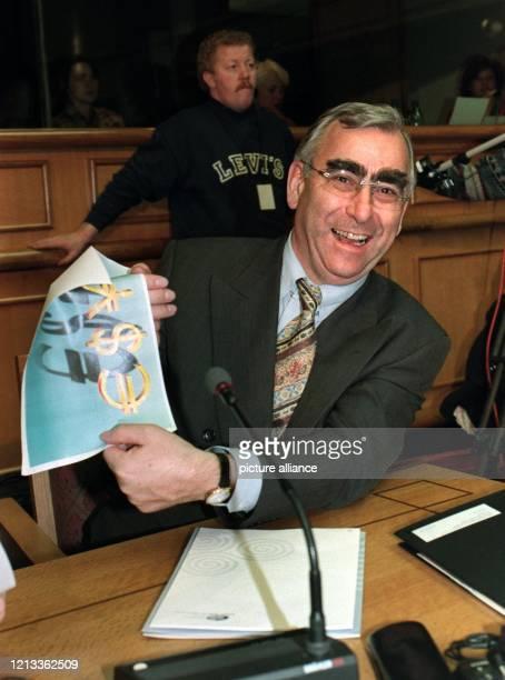 Lachend hält Bundesfinanzminister Theo Waigel am vor Beginn der Sitzung der Finanzminister der EU-Staaten in Dublin einen Computerausdruck mit dem...
