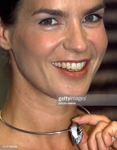 Lachend präsentiert Eiskunstlaufstar Katarina Witt am 192000 in Berlin erstmals einen Halsreif mit Anhänger aus Weißgold mit Brillanten besetzt Die...
