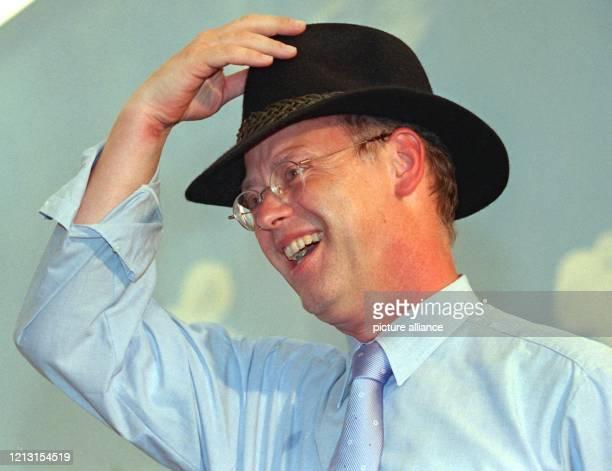 Lachend setzt sich der Bundesverteidigungsminister und stellvertretende Vorsitzende der SPD Deutschlands Rudolf Scharping am 181999 beim 35...