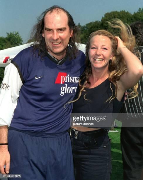 """Lachend steht Schlagersänger Guildo Horn am 4.9.1999 beim Fußballturnier um den """"Deutschen Medien Cup"""" in Köln mit seiner Freundin Tanja de Wendt am..."""