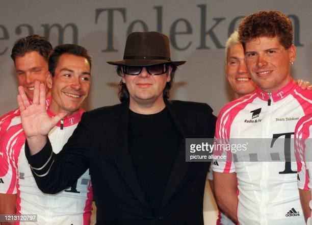 Lachend stellt sich Sänger Udo Lindenberg am 2712000 in Berlin während der Mannschaftspräsentation vom Radteam Deutsche Telekom mit den Radprofis...