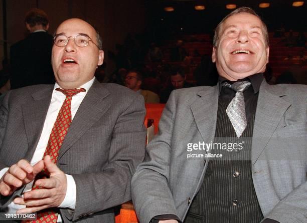 Lachend verfolgen der Fraktionsvorsitzende der PDS Gregor Gysi und der Parteichef Lothar Bisky am 7111998 in Berlin die Eröffnung der ersten...