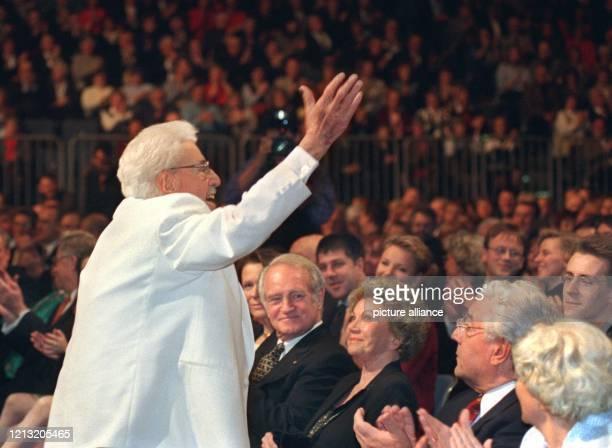 Lachend winkt Willy Millowitsch den 14000 Gästen des Gala-Abends in der KölnArena zu, in der ersten Reihe vor ihm sitzen der ehemalige...