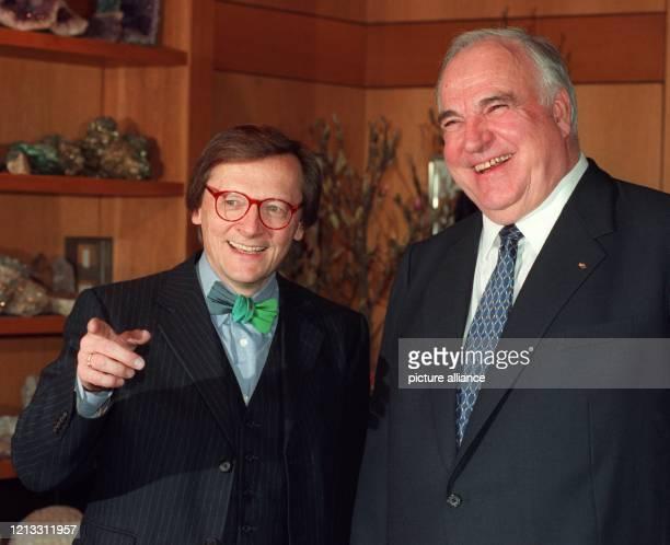 Lachend zeigen sich Bundeskanzler Helmut Kohl und der österreichische Außenminister Wolfgang Schüssel am 17.2.1997 im Bonner Kanzleramt. Schüssel,...