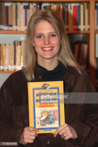 Lachend zeigt Judith Halverscheid Moderatorin der ARDKindersendung Tigerenten Club am 1721997 in ihrer Wohnung in Berlin ihr erstes Kinderbuch...