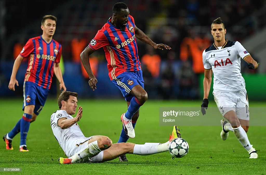 Lacina Traore (C) of CSKA Moscow vies for the ball with Jan Vertonghen of Tottenham Hotspur FC during the UEFA Champions League match between PFC CSKA Moskva and Tottenham Hotspur FC at the CSKA Arena stadium on September 27, 2016 in Moscow.