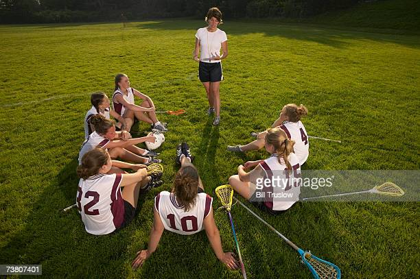 lacrosse coach speaking to teenage (16-17) team - lacrosse fotografías e imágenes de stock