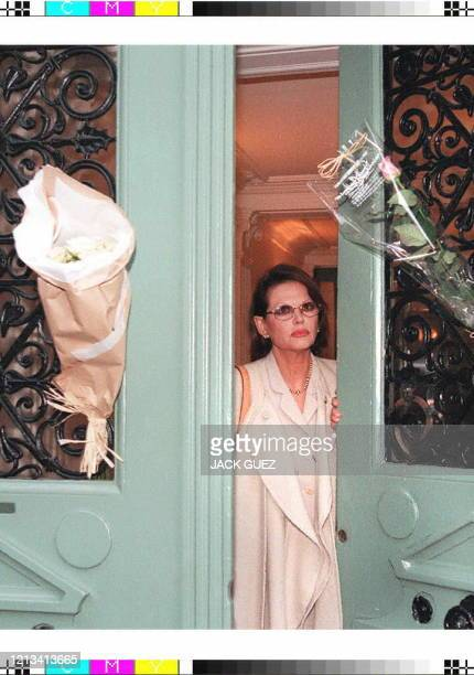 L'actrice italienne Claudia Cardinale quitte le domicile parisien de Marcello Mastroianni où il est décédé le 19 décembre, entouré de Catherine...