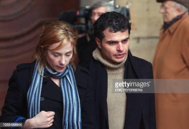 l'actrice Julie Depardieu et son compagnon Laurent Korcia quittent l'église SaintSulpice à l'issue de la cérémonie religieuse lors des obsèques du...