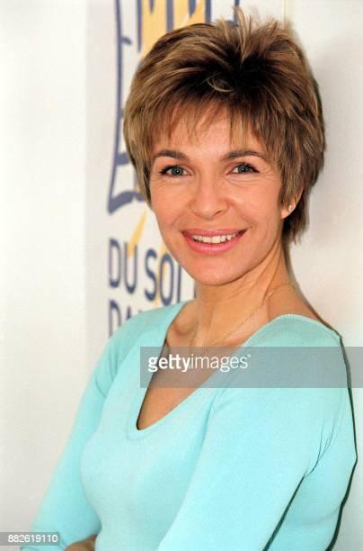 l'actrice Véronique Jeannot pose le 12 février 2002 à Paris devant le logo de la campagne 'Du soleil dans les murs' dont elle est la marraine Cette...