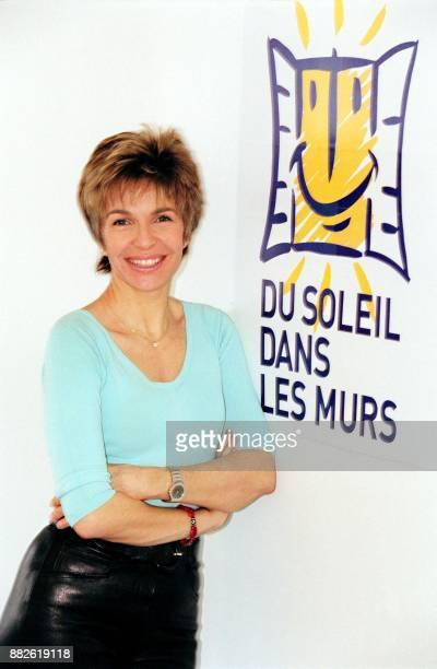 l'actrice Véronique Jeannot pose le 12 février 2002 à Paris devant le logo de la campagne 'Du soleil dans les murs' lancée ce jour par la Fondation...