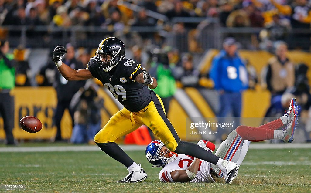 Ladarius Green #89 of the Pittsburgh Steelers cannot come up with a pass while being defended by Eli Apple #24 of the New York Giants in the second half during the game at Heinz Field on December 4, 2016 in Pittsburgh, Pennsylvania.