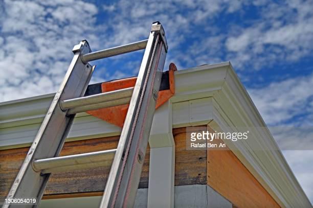 ladder leaning on a house rooftop - rafael ben ari - fotografias e filmes do acervo