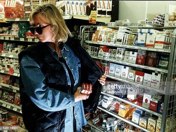 Frau stiehlt Zigaretten in einem Supermarkt 1997