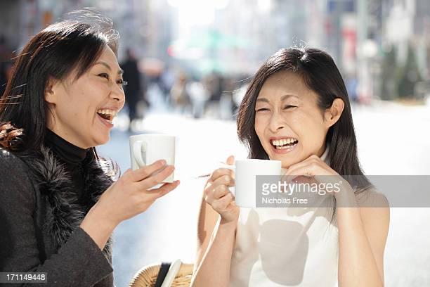ladies at lunch - oost azië stockfoto's en -beelden