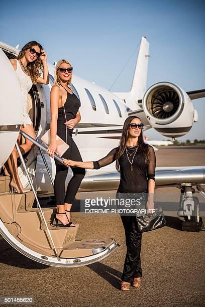 Ladies Verlassen von private jet-Flugzeug
