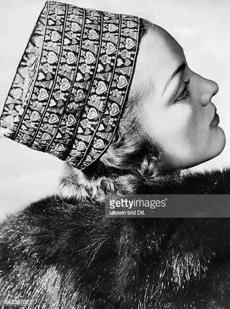 Ladies hats in the 1930ies Hat with heart pattern - 1939 - Vintage property of ullstein bild