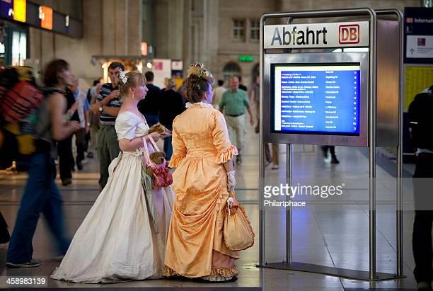 damen im barocken kleider am hauptbahnhof - barock stock-fotos und bilder