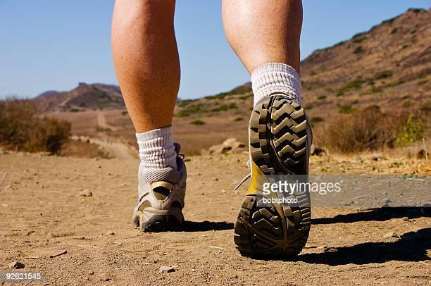 Frauen Beine Wandern auf dem trail