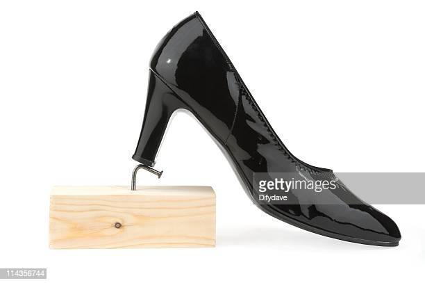 chaussure de femme marteau en bois avec pliés ongles - bricolage humour photos et images de collection