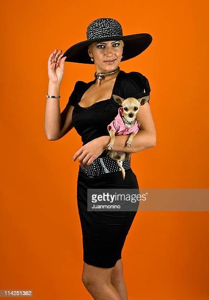 mulher e o cachorro - chihuahua raça pura - fotografias e filmes do acervo