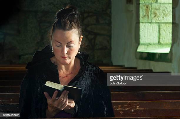 lady em oração - methodist church imagens e fotografias de stock