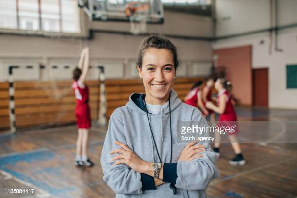 lady basketball-trainer auf dem platz - sports stock-fotos und bilder