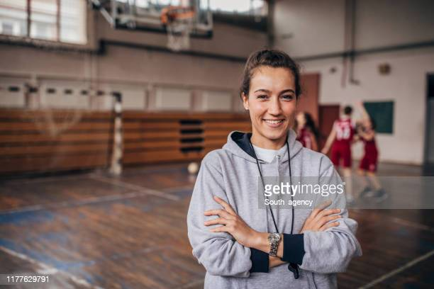lady basketball coach on court - women's basketball stock pictures, royalty-free photos & images