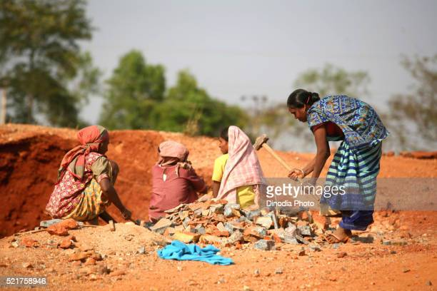 lady breaking stones while others chats in jharkhand, india - category:cs1_maint:_others stock pictures, royalty-free photos & images