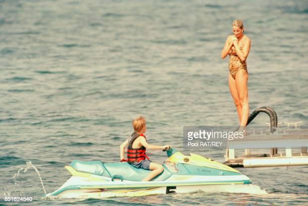 Lady Di avec son fils le prince Harry en jet-ski en vacances à Saint-Tropez en France, en juillet 1997.