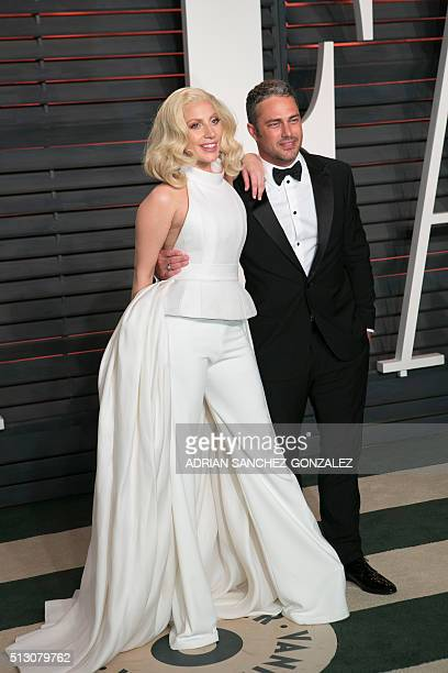 Lady Gaga and her fiancé Taylor Kinney arrive to the 2016 Vanity Fair Oscar Party February 28 2016 in Beverly Hills California / AFP / ADRIAN...