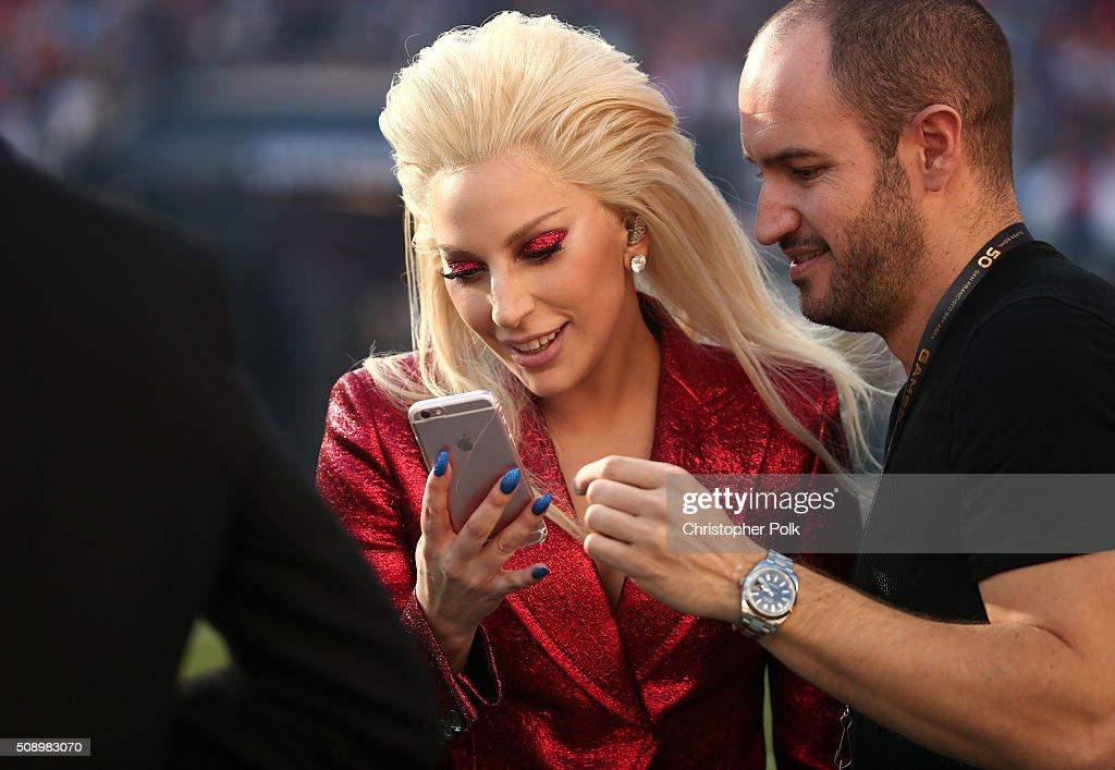 Lady Gaga Sings The National Anthem At Super Bowl 50 : ニュース写真