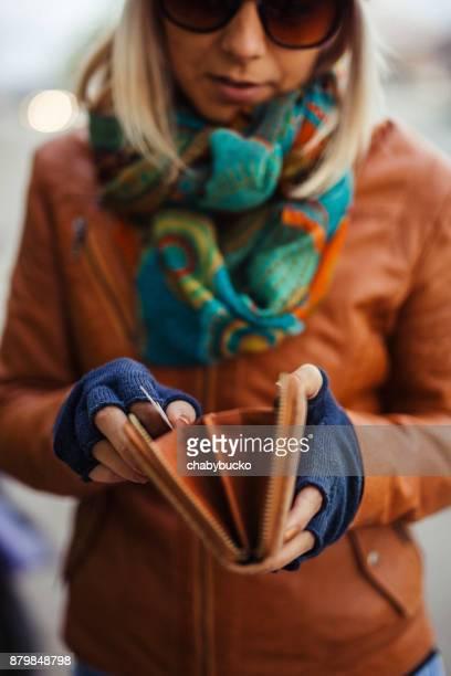 Lady Holding leere Brieftasche
