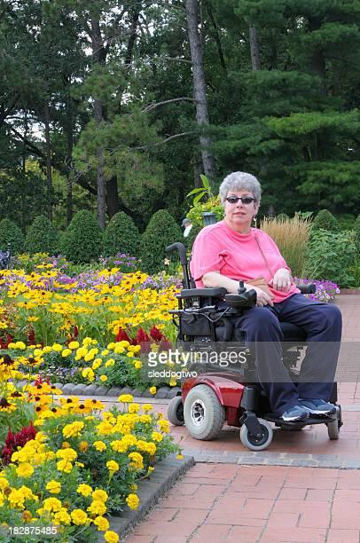 Femme en chaise roulante électrique