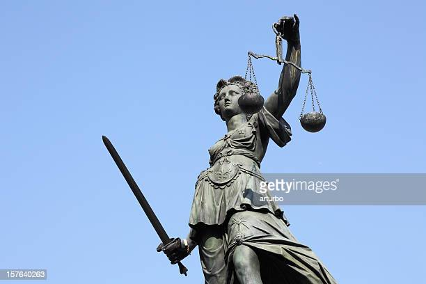 Lady Justice-statue mit Waage