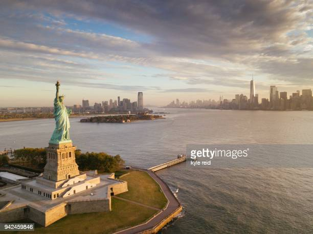 lady liberty - new york stock-fotos und bilder
