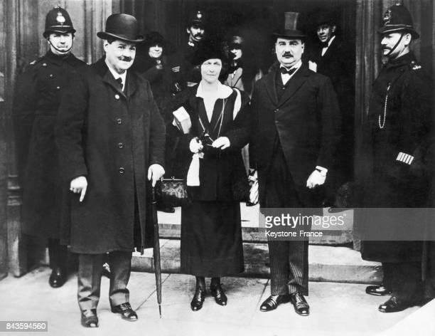 Lady Nancy Astor arrivant à la Chambre des communes avec le colonel David WattsMorgan et le major Cecil Dudgeon à Londres en Angleterre au RoyaumeUni...
