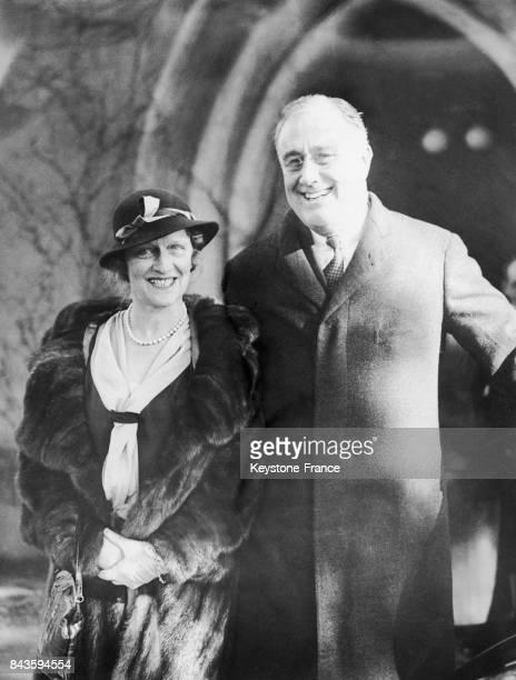 Lady Nancy Astor et Franklin D Roosevelt sortant de l'église épiscopale St James à New York aux Etats-Unis, le 20 novembre 1932.