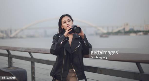 屋外の女性カメラマン