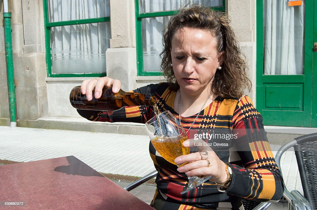 lady pouring beer : Foto stock