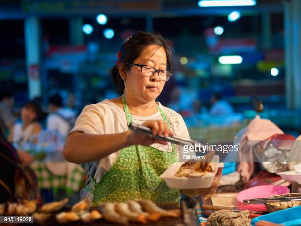 a lady prepares and sells food - one night stand stock-fotos und bilder