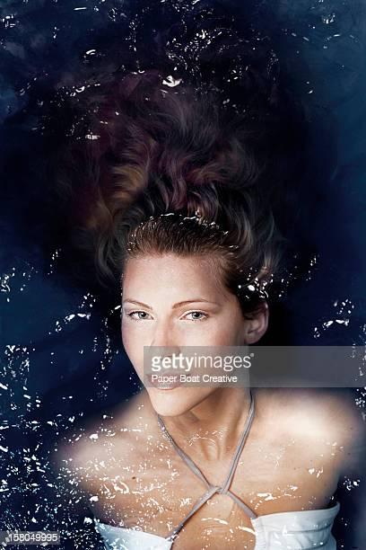 lady resting in a swimming pool - flotter sur l'eau photos et images de collection