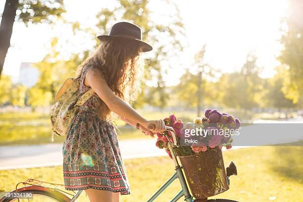 D'équitation Lady son vélo rétro DE hipster dans un style vintage