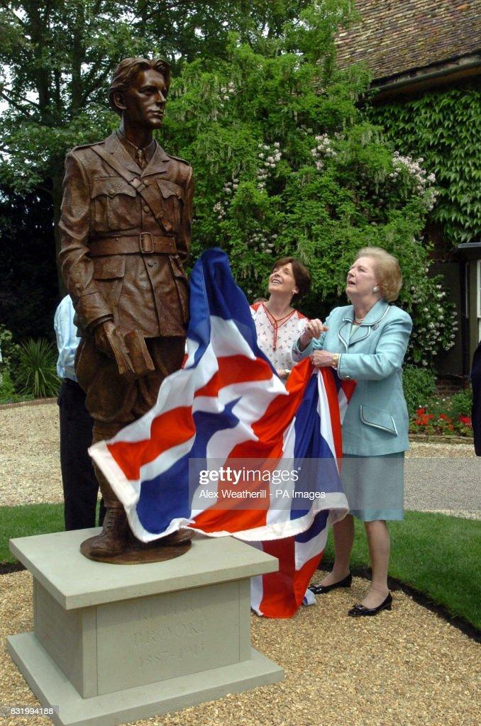 SOCIAL Statue : News Photo